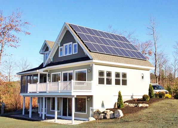 Panneaux solaires photovoltaiques sur une maison en Suisse Romande
